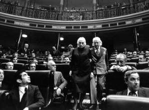 pasionaria-y-alberti-diputados-comunistas-electos-en-las-primeras-elecciones-democrc3a1ticas-foto-el-pac3ads